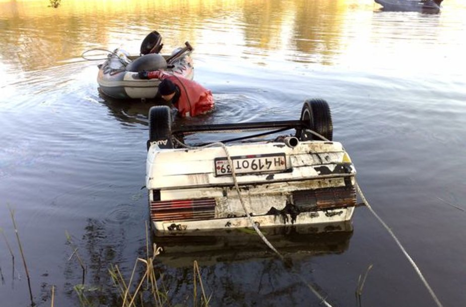"""Kovo mėnesį nuskendęs """"Audi 80"""" pagaliau pasiekė krantą."""