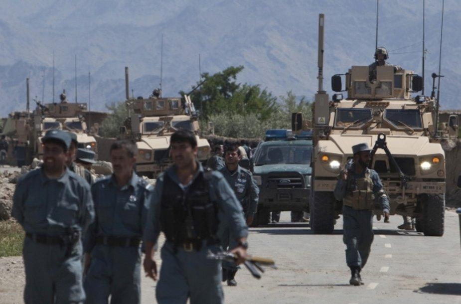 Afganistano policininkai patruliuoja Bagramo bazės prieigose.