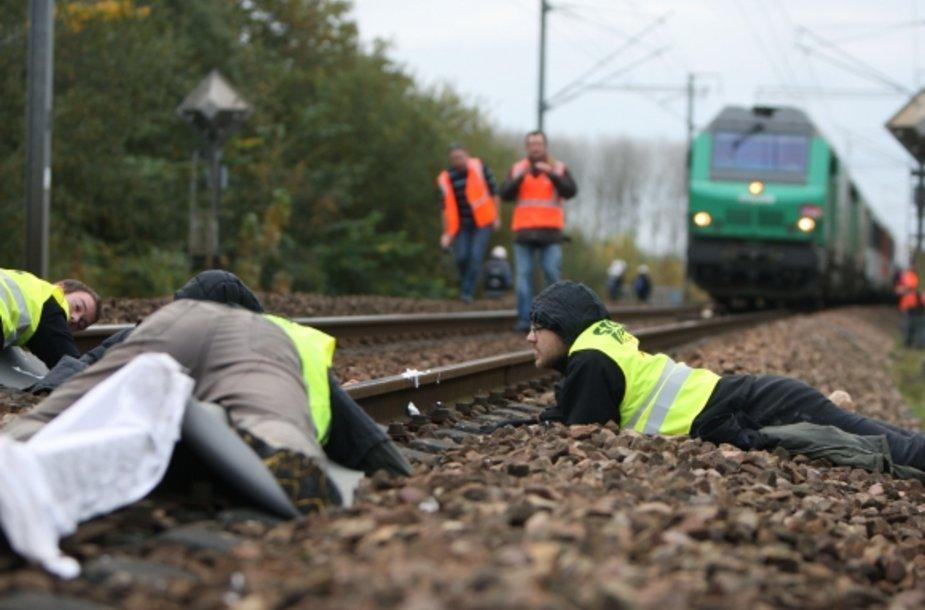 Ekologijos aktyvistai prisirakino prie bėgių, mėgindami sutrukdyti traukiniui su branduolinėmis atliekomis.
