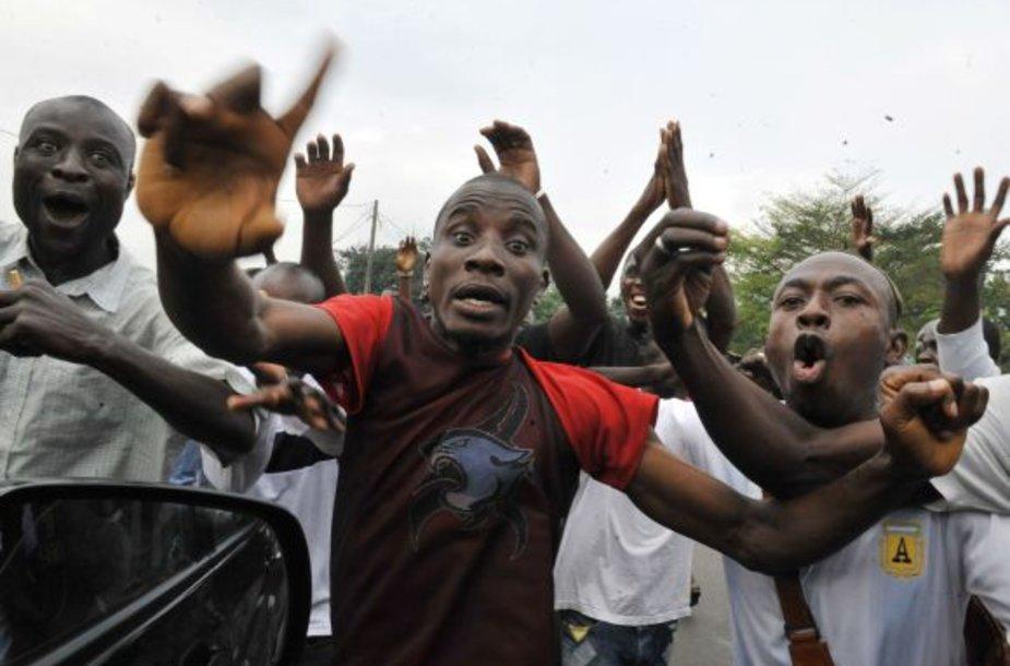 Alassane'o Ouattaros šalininkai nesiliauja protestuoti.