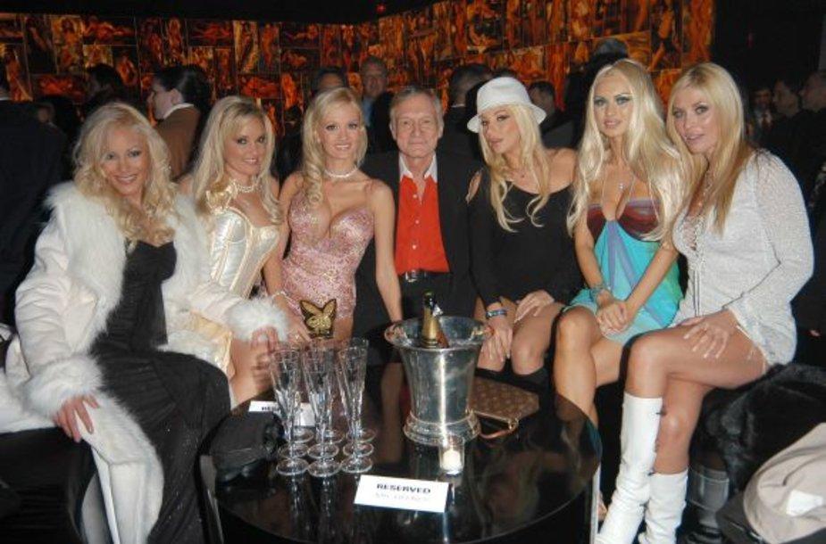 Hugh Hefneris su merginomis