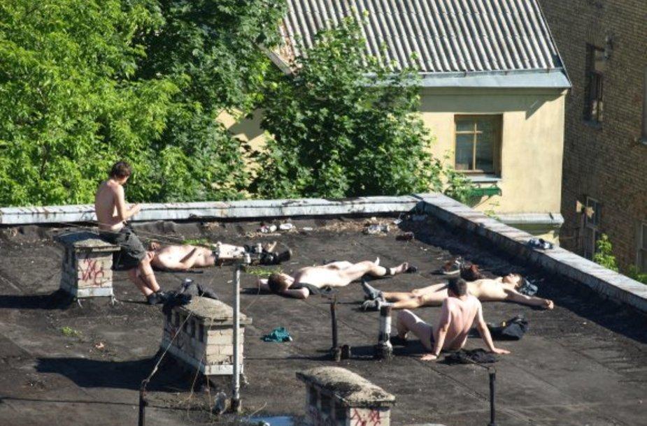 Keisti nuogaliai ant buvusio policijos komisariato stogo