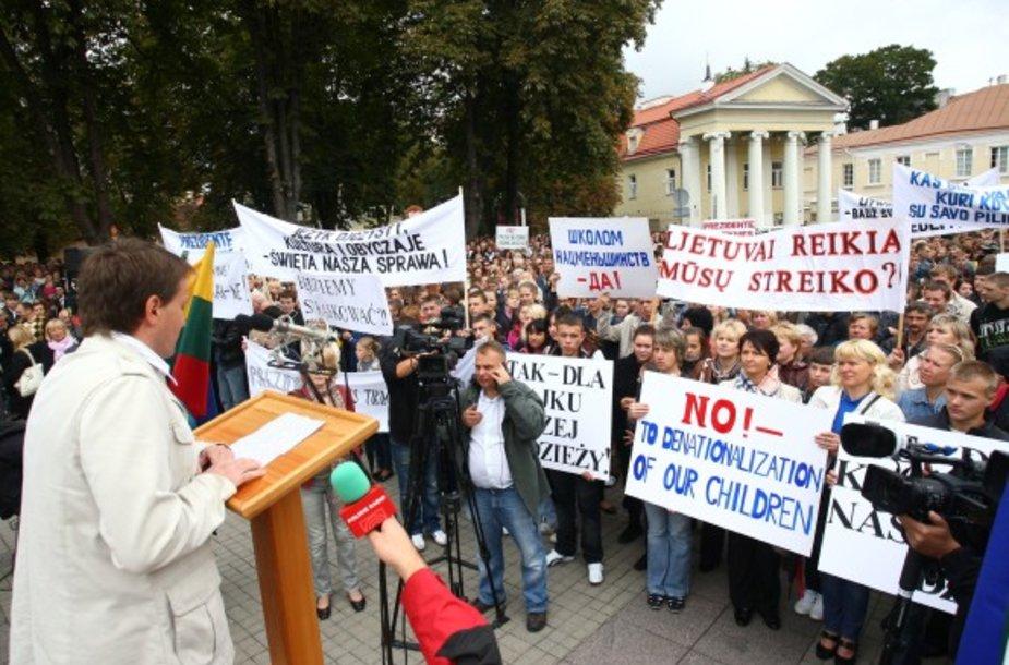 Naujuoju Švietimo įstatymu nepatenkintų lenkų mitingas prie Prezidentūros