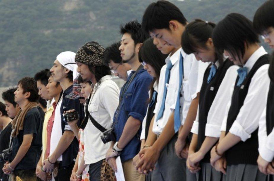 Japonai prisiminė žemės drebėjimo ir cunamio aukas.