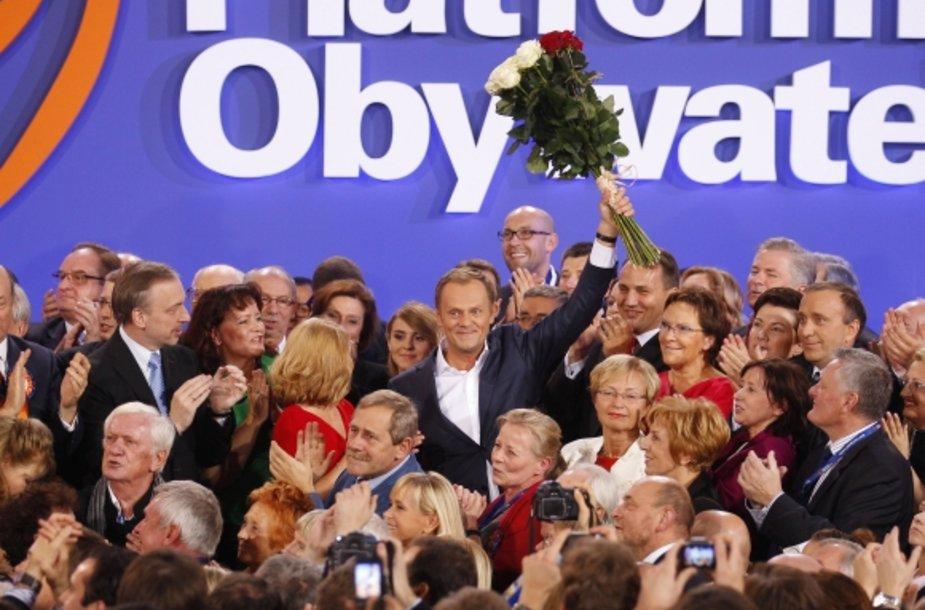 """Lenkijoje per Seimo rinkimus triumfavo dabartinio premjero Donaldo Tusko (centre) į priekį vedama """"Pilietinė platforma""""."""