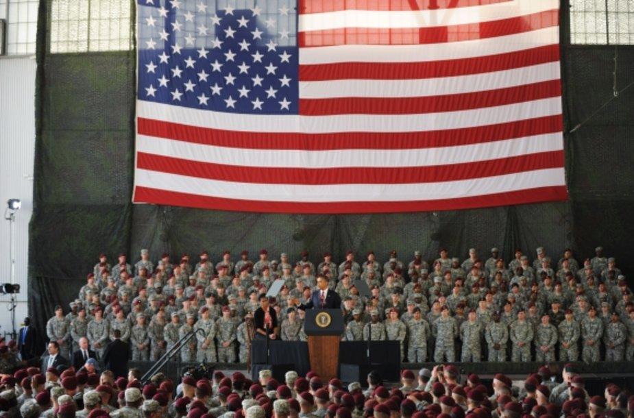 Barackas Obama sako kalbą JAV kariams.
