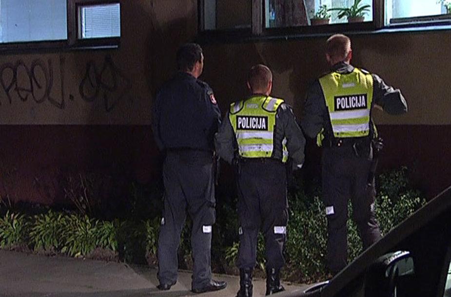 Policininkai stebi mokyklos langus