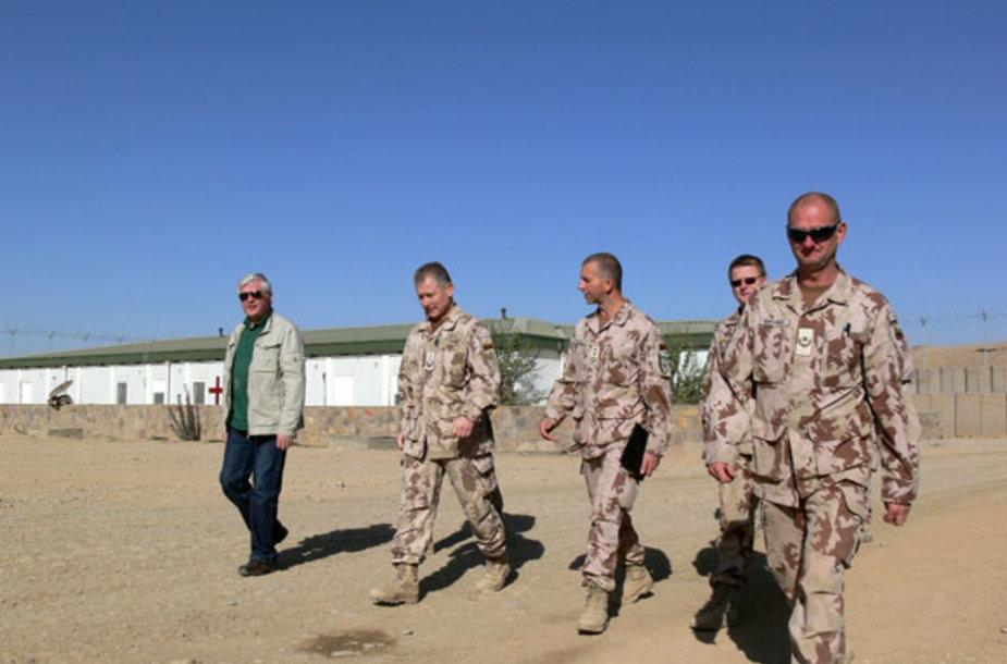 Krašto apsaugos viceministras ir kariuomenes vadas apžiūri stovyklą