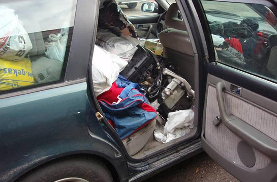 Daiktų prikimštas automobilis