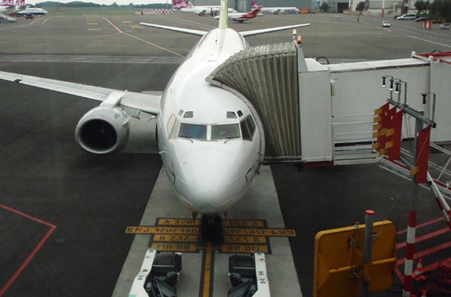 Skrydžiui besiruošiantis lėktuvas