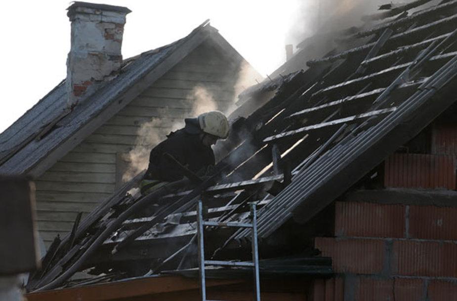 Ugniagesys ant nudegusio namo stogo