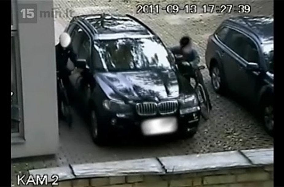 Du vagišiai iš BMW X5 lupa šoninių veidrodėlių stiklus