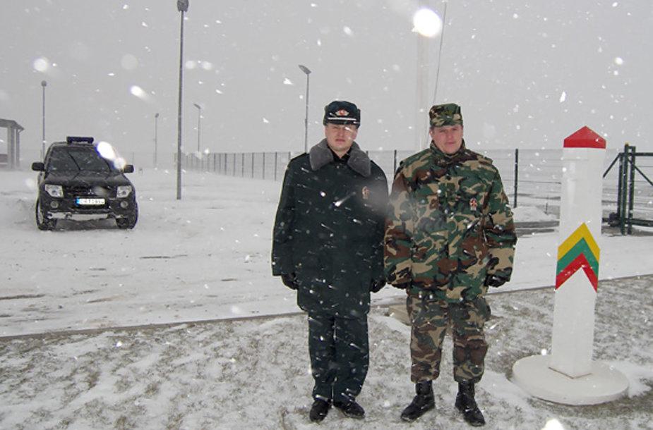 Gaisrą gesinę Rociškių užkardos vyresnysis specialistas Saulius Dumčius (kairėje) ir užkardos vado pavaduotojas Darius Maksvytis