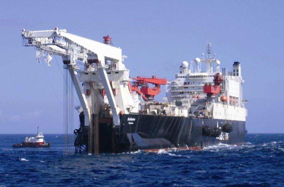 """Didžiausias pasaulyje vamzdyno tiesimo laivas """"Solitaire"""" pratęs """"Nord Stream"""" statybas Suomijos vandenyse."""