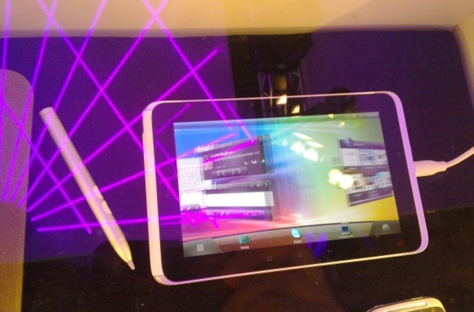 """HTC žengia į planšetinių kompiuterių mūšį su kompaktišku """"HTC Flyer""""."""