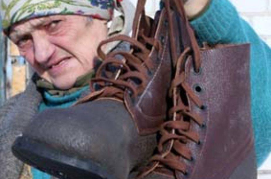 Už rinkėjo balsą – papeliję kareiviški batai.