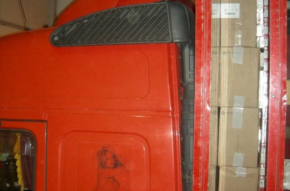 Kontrabandinis krovinys aptiktas specialiai įrengtame atitvare.
