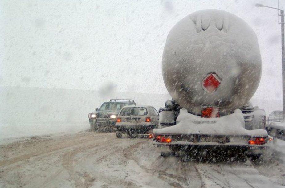 Beveik visą šeštadienį iš dangaus be perstojo kritęs sniegas Kauno gatvėse kėlė chaosą.