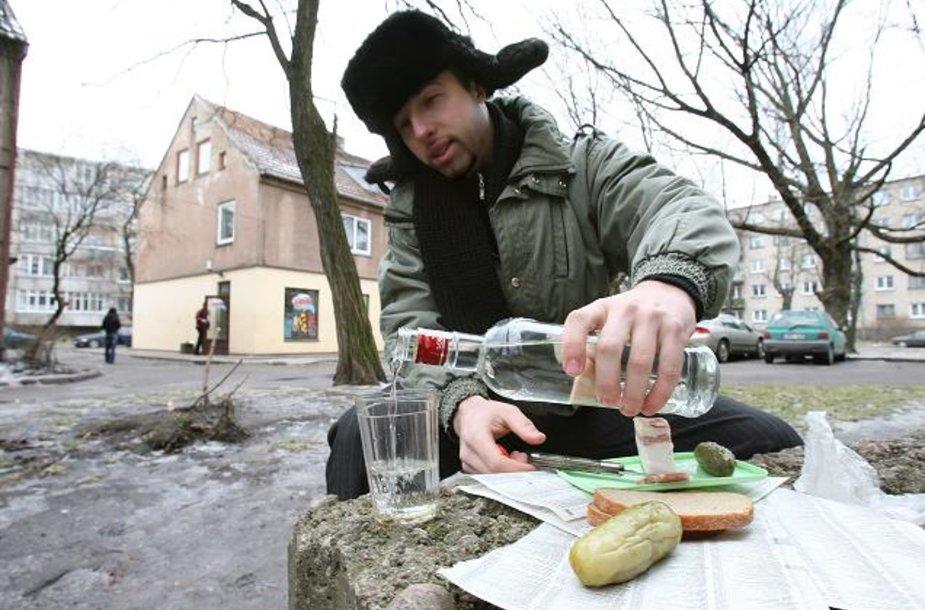 """Policijos pareigūnai neabejoja, jog, uždraudus prekybą alkoholiu nuo 22 val., suklestės įvairių naminių """"pilstukų"""" paklausa."""