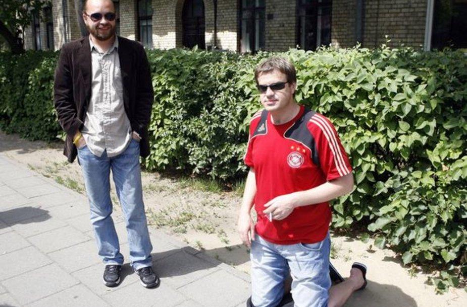 Prodiuseris R.Skaisgirys vyriškai įvykdė jam skirtą užduotį – valandą klūpėjo prie Vokietijos ambasados Vilniuje. Tai teko daryti, nes pralaimėjo lažybas – Vokietijos futbolo rinktinė netapo Europos futbolo čempionato nugalėtoja.