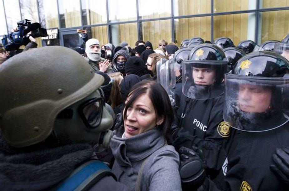 Nuo antradienio protestuojantys islandai apsupti policijos pareigūnų