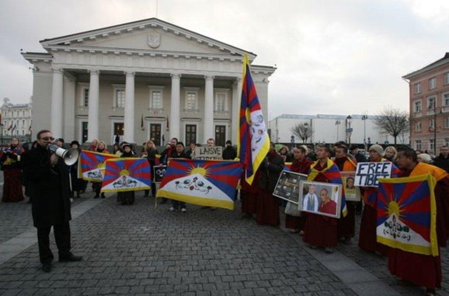 Protesto akcija už Tibetą nuo Kinijos ambasados persikėlė į Rotušės aikštę.