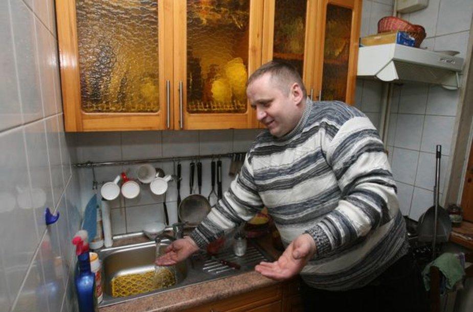 Vilniečio Grigorijaus namuose, kol atiteka karštas vanduo, karšto vandens skaitiklis sukasi skaičiuodamas šalto vandens kiekį.