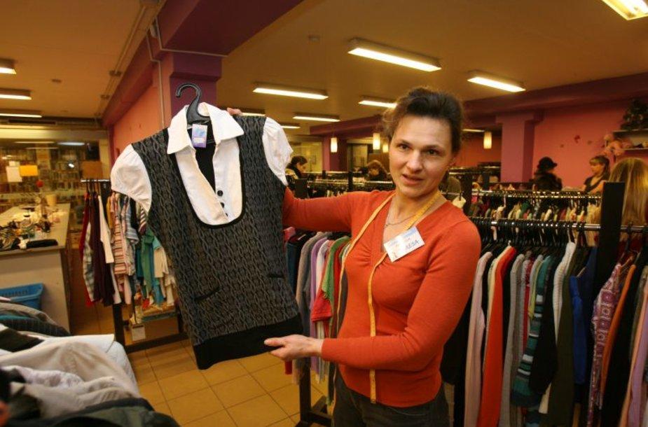 """Dėvėtų drabužių parduotuvės """"Pasaulio drabužiai"""" pardavėja Teresa pastaruoju metu pastebi išaugusį klientų susidomėjimą."""