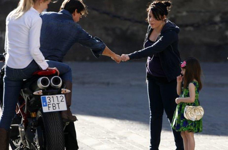 Išsipusčiusi Suri Cruise (dešinėje) atidžiai stebėjo, kaip jos tėtis filmuojasi naujoje kino juostoje.