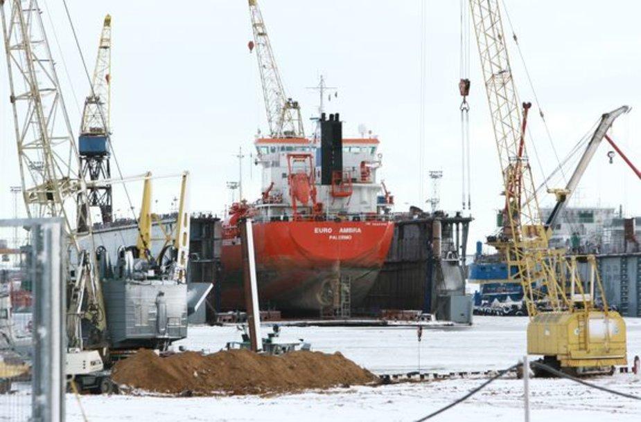Dokuose – uosto įrenginiuose laivams remontuoti – yra susikaupę beveik 3 metrai grunto, dabar į juos įplaukti gali kur kas mažesni laivai.
