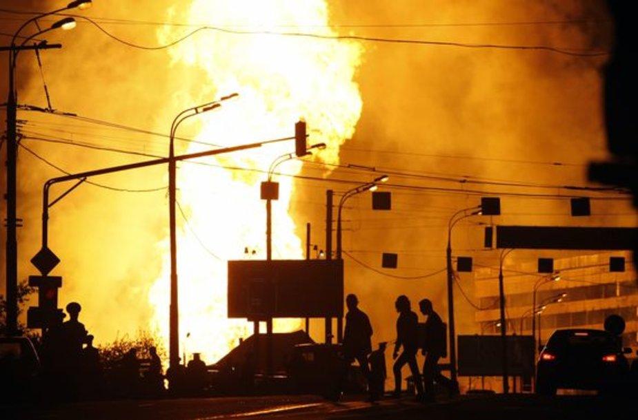 Milžiniškos liepsnos sukėlė pavojų šalia gaisro židinio esantiems pastatams.