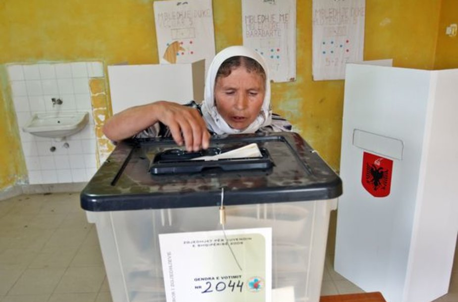 Albanė balsuoja rinkimuose.