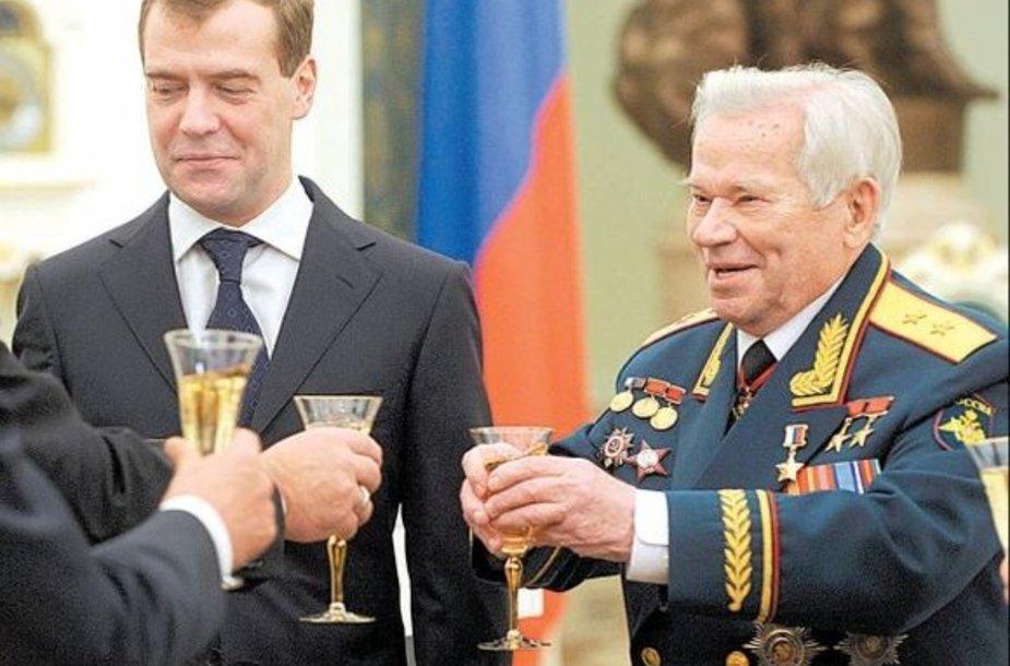 Prezidentas Dmitrijus Medvedevas jubiliejaus proga garsųjį konstruktorių apdovanojo aukščiausiu Rusijos apdovanojimu – Rusijos Didvyrio žvaigžde