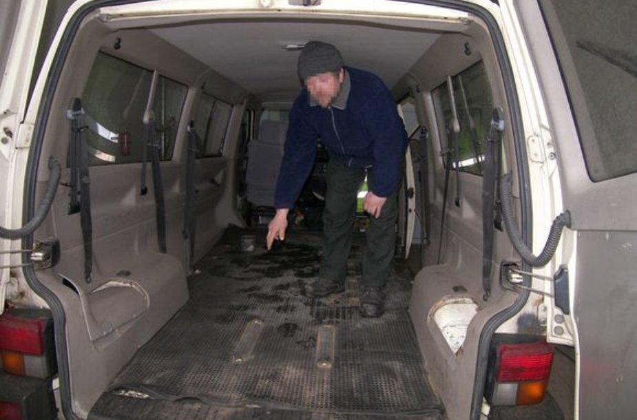 Patikros metu paaiškėjo, kad mikroautobuse yra įrengta slėptuvė.