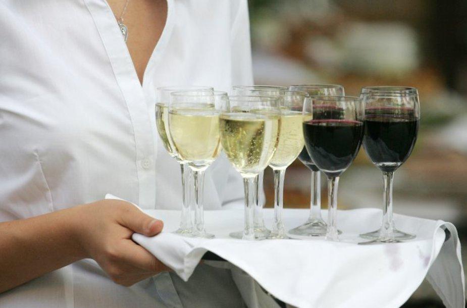 Draudimas prekiauti alkoholiu rugsėjo pirmąją itin piktina viešbučių ir restoranų savininkus.