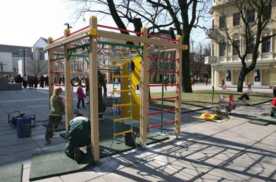 """Nepriklausomybės aikštėje įrengta žaidimų aikštelė orientuota į 6-12 metų vaikus. Verslininkai viliasi, kad vandalai įrenginių nenuniokos: """"Tikimės žmonių geranoriškumo""""."""