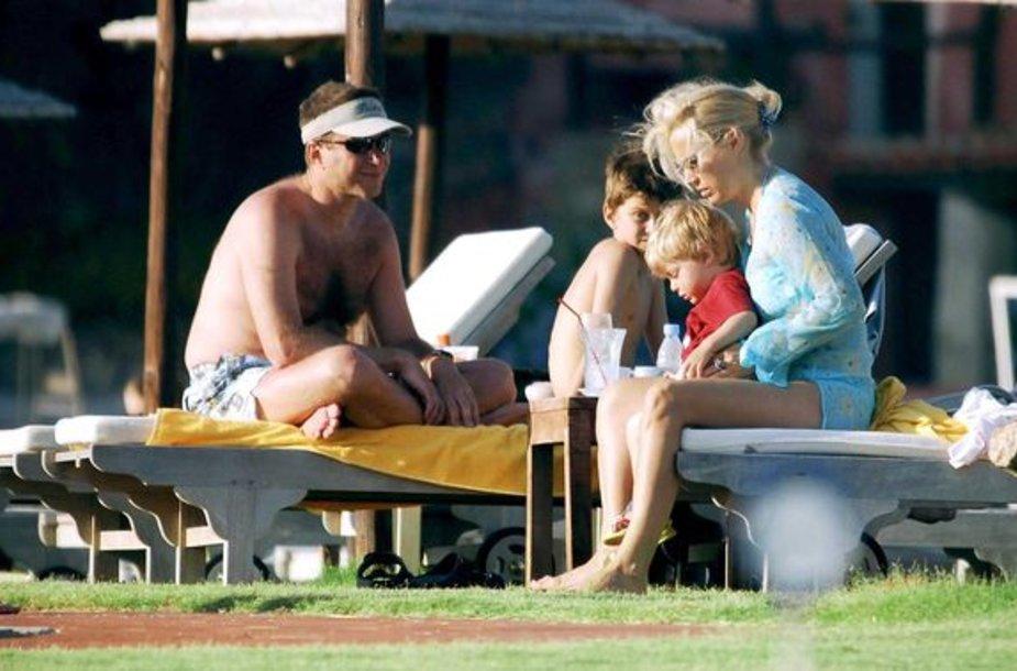 R.Abramovičiaus vaikai su abiem tėvais per atostogas Sardinijoje prieš ketverius metus.