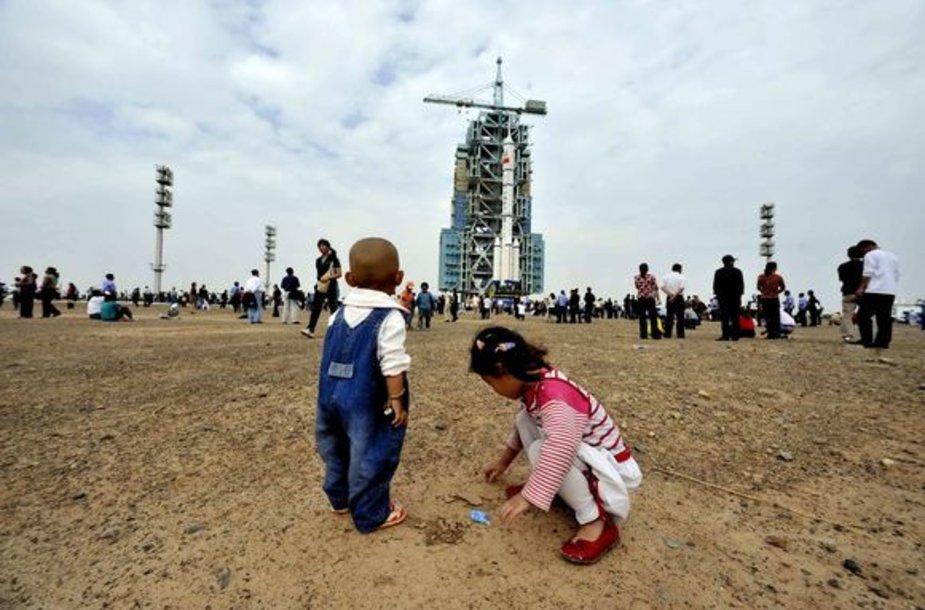 Vaikai žaidžia kosminio erdvėlaivio pašonėje.