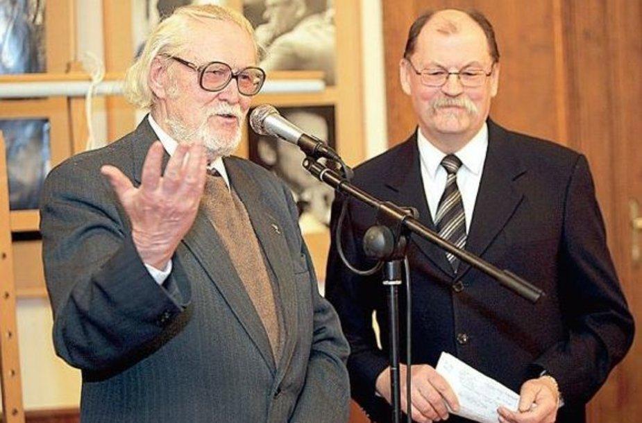 Broliai Algirdas (dešinėje) ir Marcelijus Martinaičiai surengė iš anksto nerežisuotą vakarėlį.