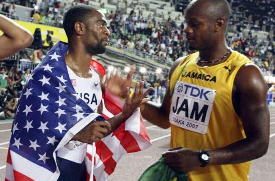 Dar 2007 metais Osakoje JAV rinktinė estafetę laimėjo (A.Powellas sveikina T.Guy)