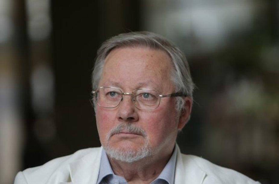 Profesorius V.Landsbergis ragino faktų istorijos nepaversti debatų istorija.