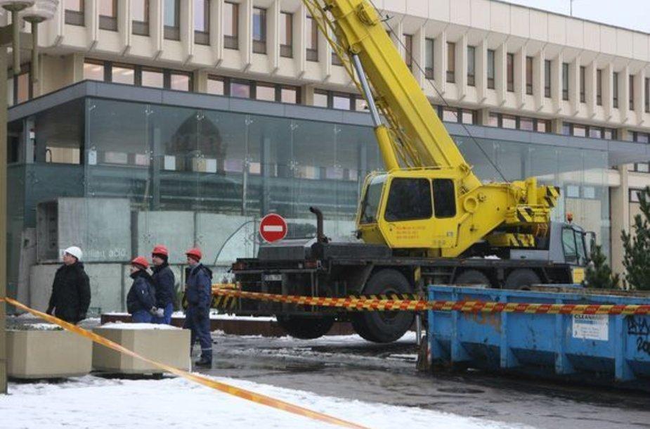 Keičiami per sausio 16-osios riaušes išdaužyti Seimo langai