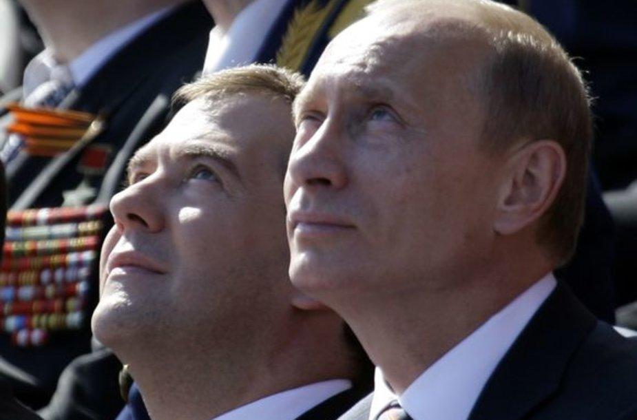 Rusijos prezidentas D.Medvedevas (kairėje) ir premjeras V.Putinas stebi karinės aviacijos skrydį.