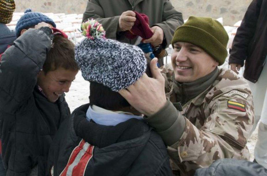 Lietuvos žmonių numegztos kepurės atšiaurią žiemą sušildys penkis tūkstančius Afganistano  vaikų.