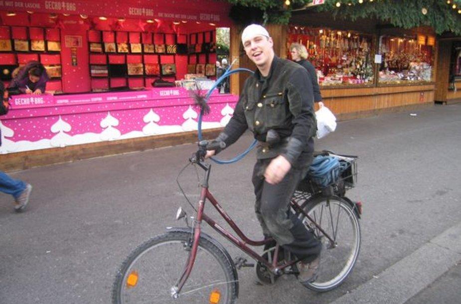 """""""Mums besidairant mugėje pro šalį dviračiu važiavo geros nuotaikos kupinas kaminkrėtys, kuris net sustojo, kad galėtume jį nufotografuoti"""", – pasakoja p. Romualdas."""