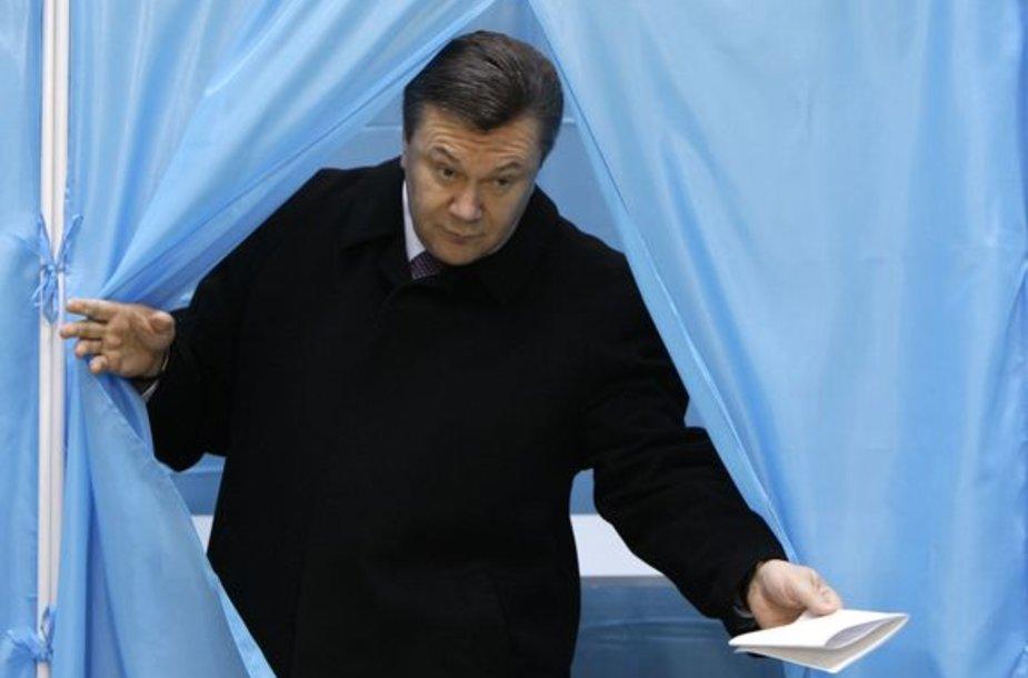 Kandidatas į prezidentus V.Janukovyčius atvyko atiduoti savo balso.