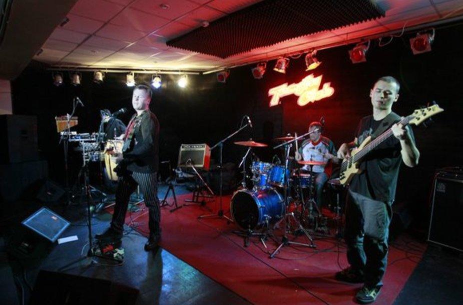 """Šeštadienio vakarą klubo """"Tamsta"""" sienas drebino legendinė, jau dvidešimt trečius metus gyvuojanti grupė """"Bix""""."""