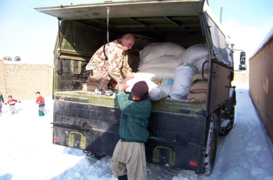 Goro provincijos pabėgėlių departamentui buvo perduota maisto ir drabužių.