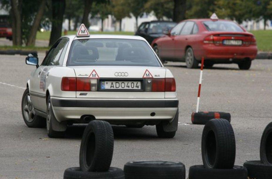 Mokytis vairuoti papildomai sostinėje galima tik perkant vairavimo pamokas – savarankiškai pasitreniruoti nėra kur.