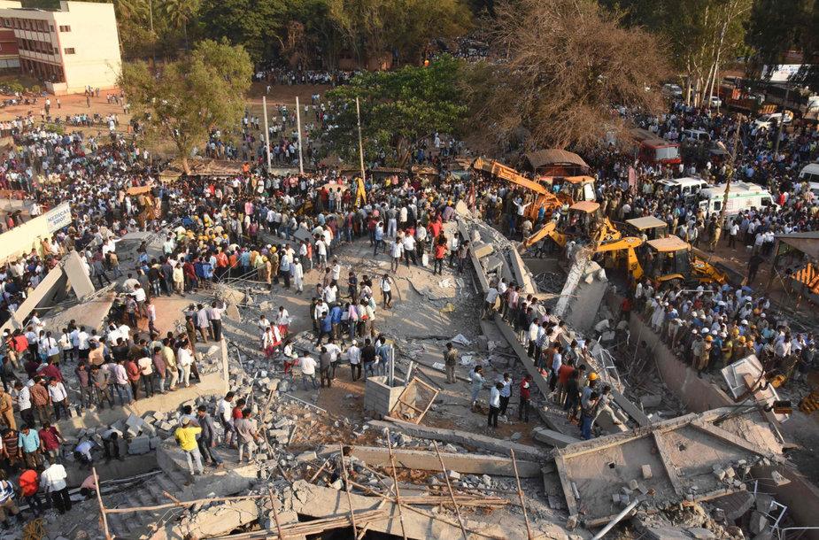 Indijoje sugriuvo pastatas.